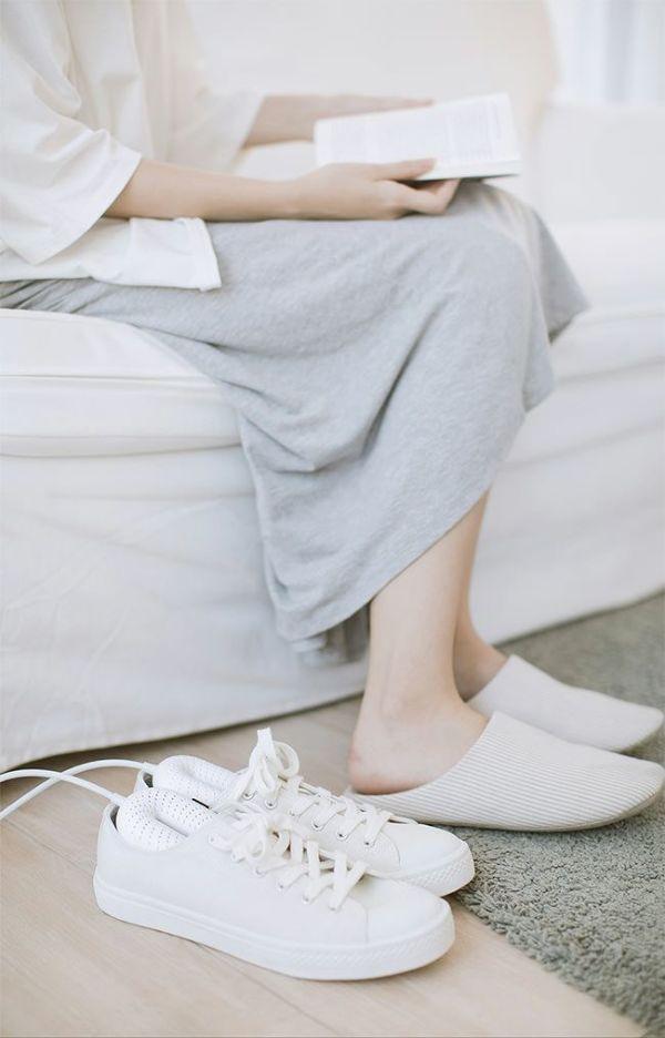 人気のくつ乾燥機。長雨の季節におすすめの靴乾燥機。大切な靴を湿気や臭いから保護。タイマー機能付きで安心して利用可。革靴は勿論、運動靴や上履きでも問題なくご使用OK。Alivio 靴乾燥機 脱臭 PSE認証済み 除菌 靴 レディース対応 メンズ対応 靴 除湿器 左右同時に乾燥 出張 旅行 便利 革靴 手入れ
